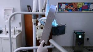 Higienização da lâmpada de cadeira odontológica com UV Surface em uma clínica odontológica