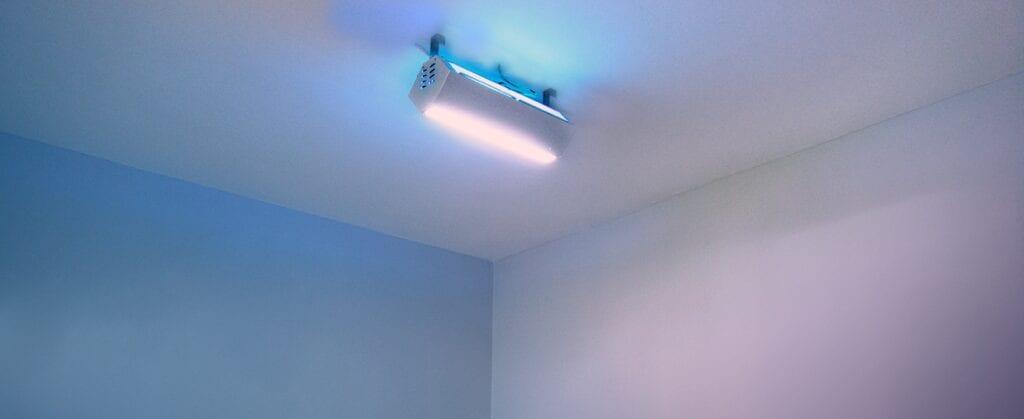 Luminária UV Upper Room com sistema de purificação de ar em consultório médico