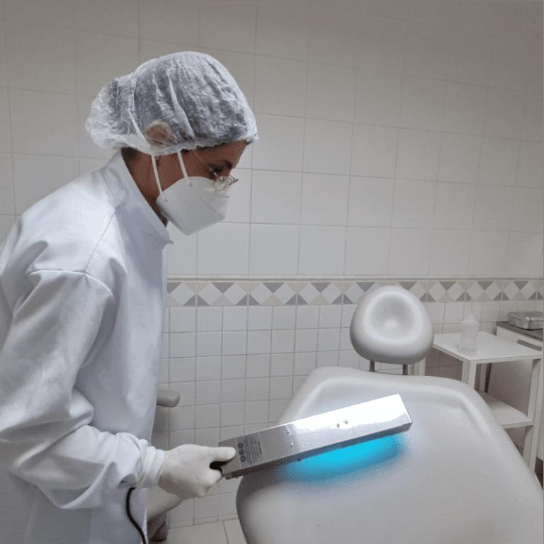 UV Surface usado para higienização de uma grande cadeira odontológica